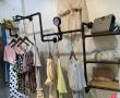 服装店重新装修、有大量服装展示架卖