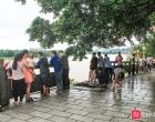 实拍:融江河涨水,众多市民都来这里围观看热闹,形成一道风景线